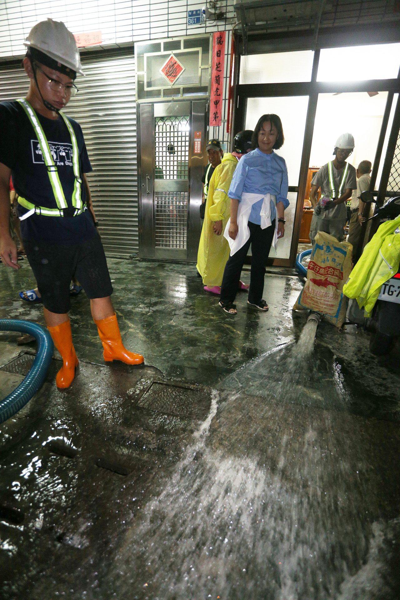 高雄市楠梓昨昨受暴雨侵襲,傳出不少淹水受困案件,軍警都出動協助救援。記者劉學聖/...