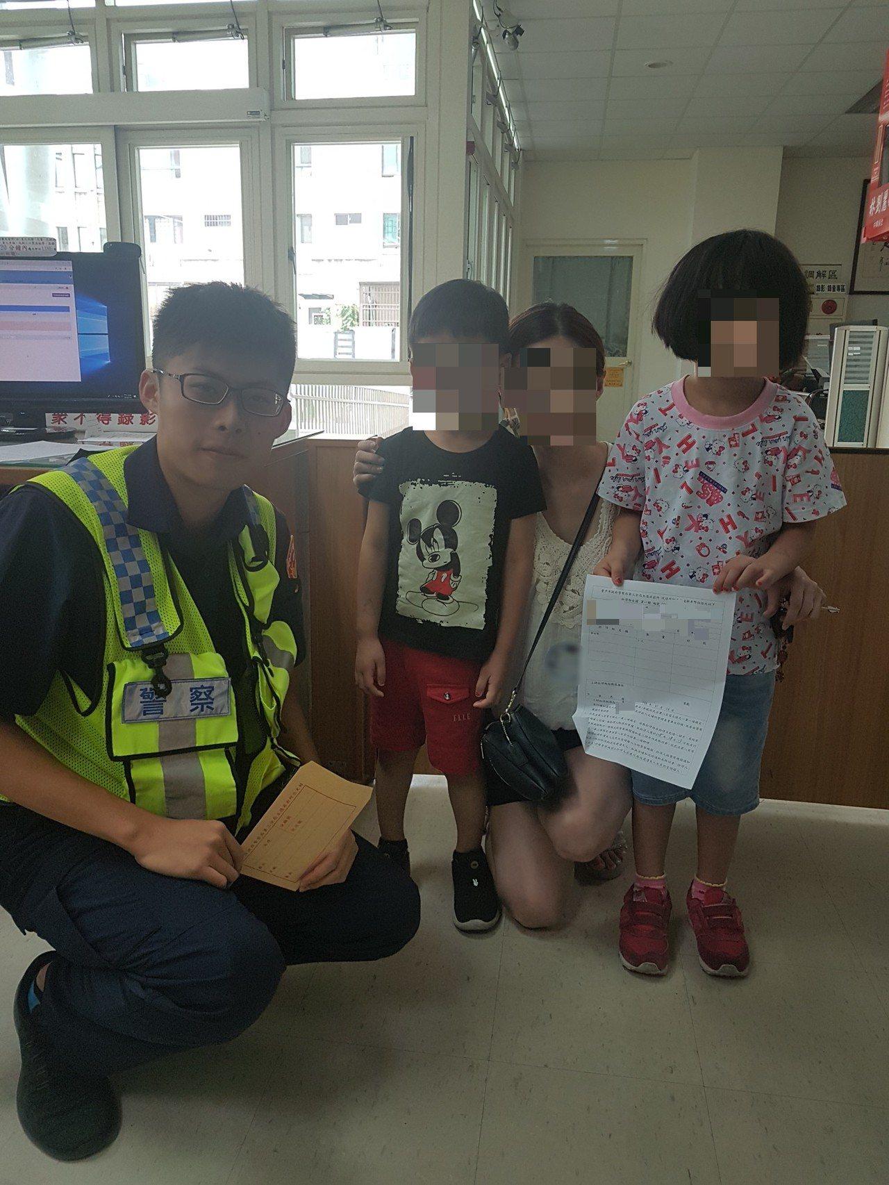 5歲詹小弟(左二)撿到5塊錢拾金不昧,在母親陪同下送到派出所交給警察。記者林佩均...