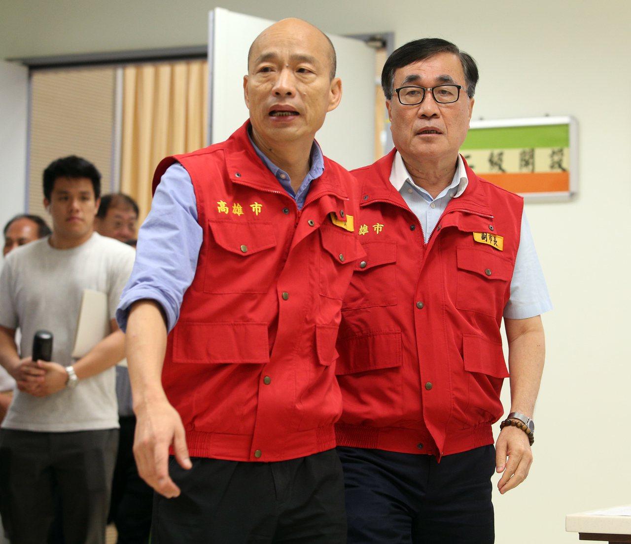 高雄昨天下大雨,高雄市長韓國瑜(左)與副市長李四川(右)以及各單位昨天都進駐防災...