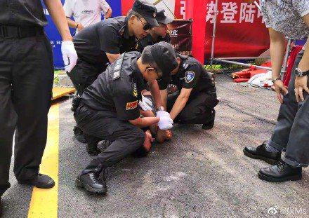 攻擊任達華的兇手已被制服。圖/摘自微博娛Ms