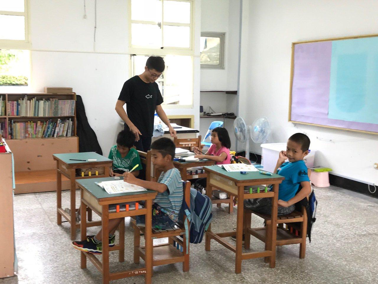 花蓮縣少子化情況趨緩,新的學年度沒有零新生學校,但偏遠小校仍多,教育處表示會與學...