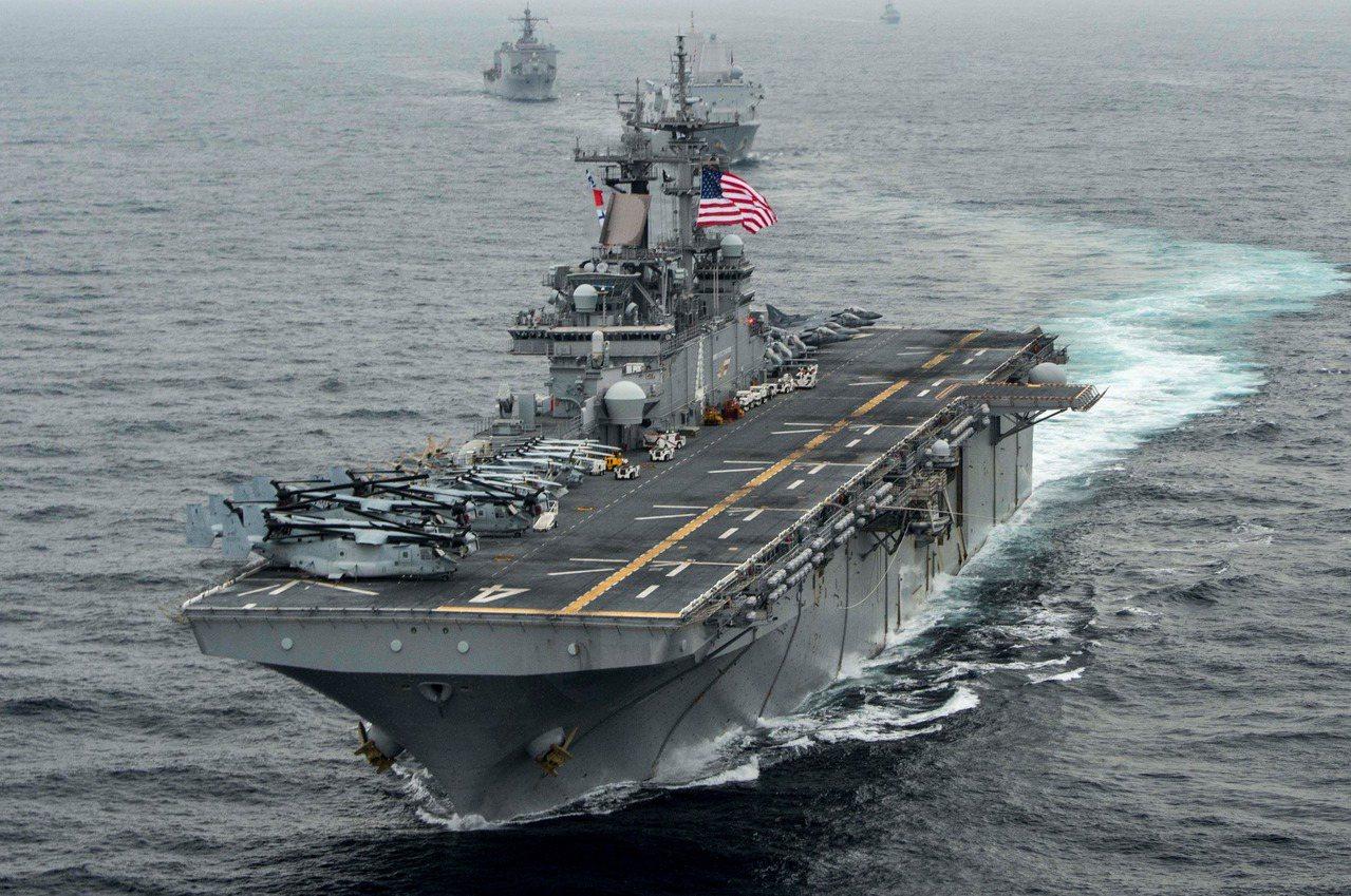 美國總統川普18日指出,伊朗一架無人機進入美國海軍兩棲攻擊艦「拳師」號(USS ...
