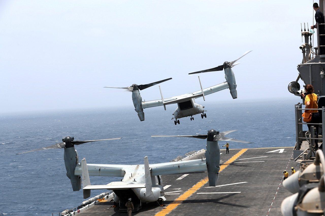 美國海軍兩棲攻擊艦「拳師」號17日正行駛於鄰近阿曼的阿拉伯海,一架魚鷹式傾斜旋翼...