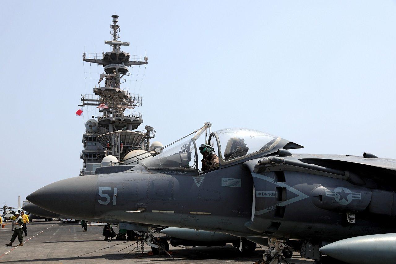 美國海軍兩棲攻擊艦「拳師」號16日行駛於鄰近阿曼的阿拉伯海,《路透》記者拍下飛行...