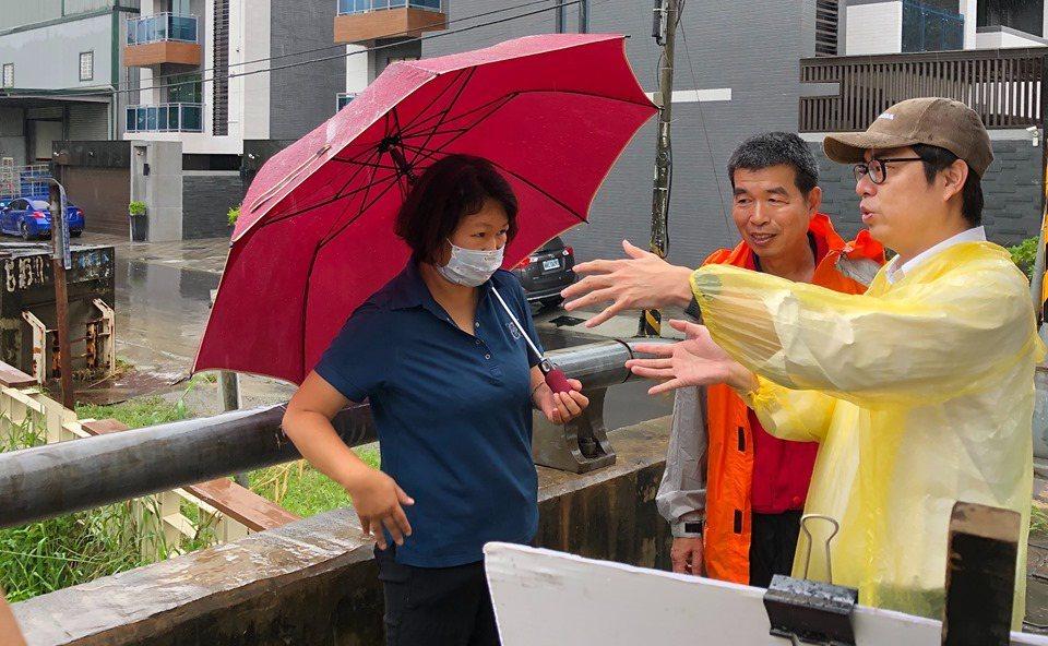 行政院副院長陳其邁(右)今天上午巡視高雄市易淹水地區。圖/翻攝陳其邁臉書