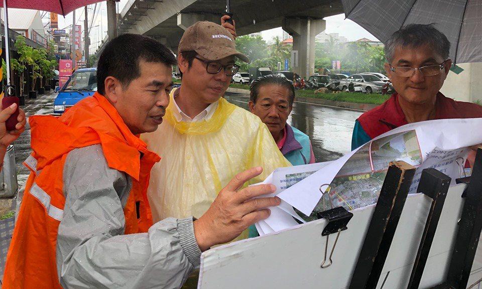 行政院副院長陳其邁(左二)今天上午巡視高雄市易淹水地區。圖/翻攝陳其邁臉書
