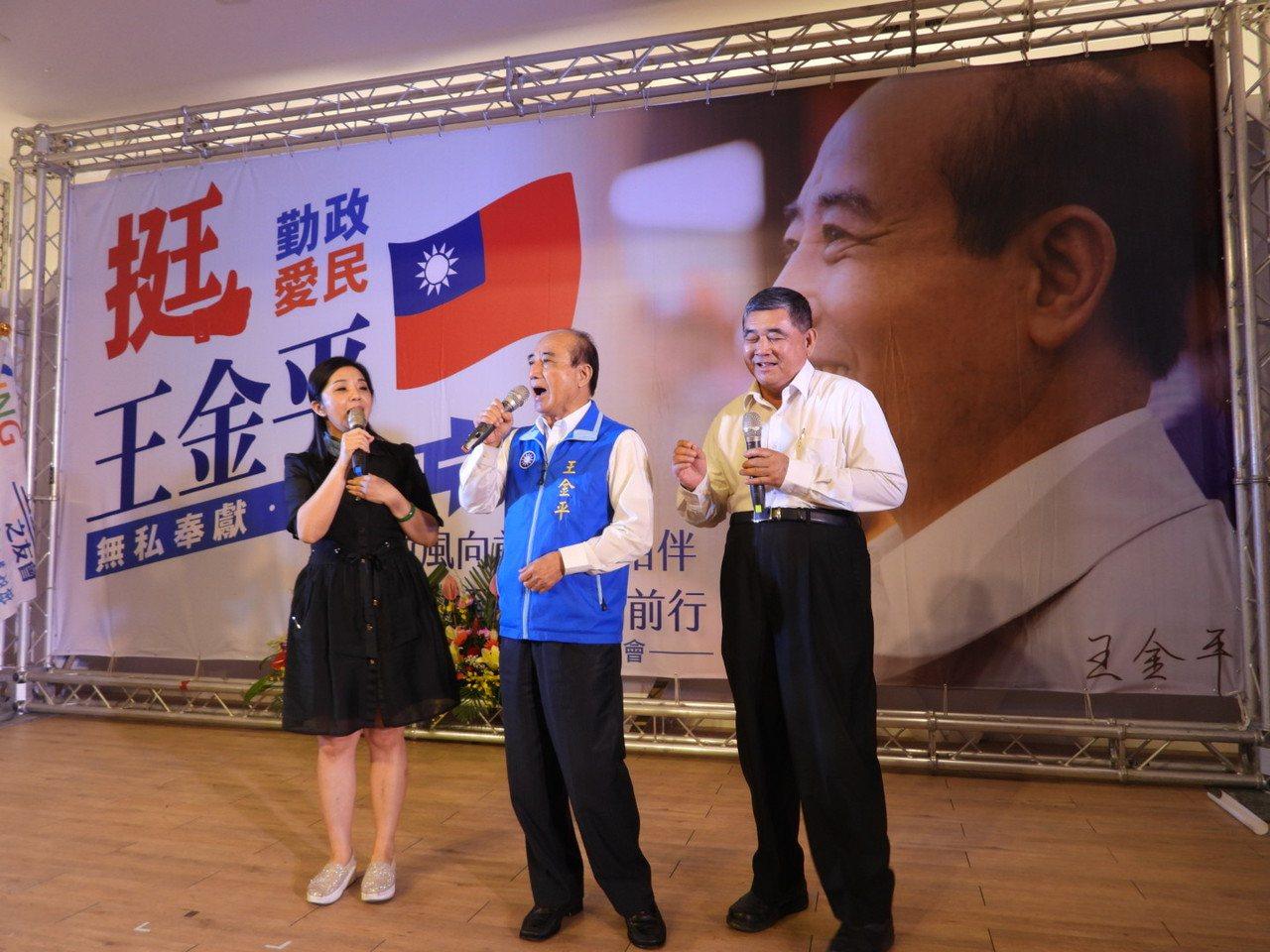 立委王金平今天參加台南之友會成立大會,上台高歌。記者周宗禎/攝影