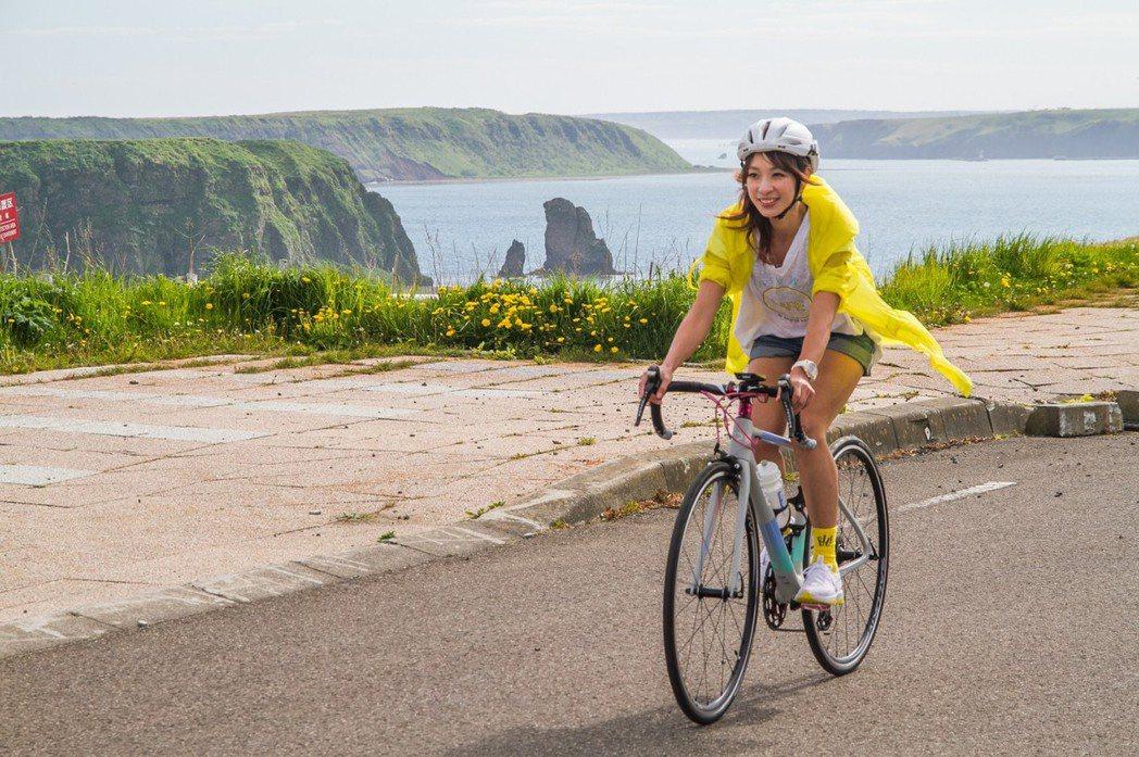 段慧琳騎著20萬的單車遊北海道。圖/民視提供