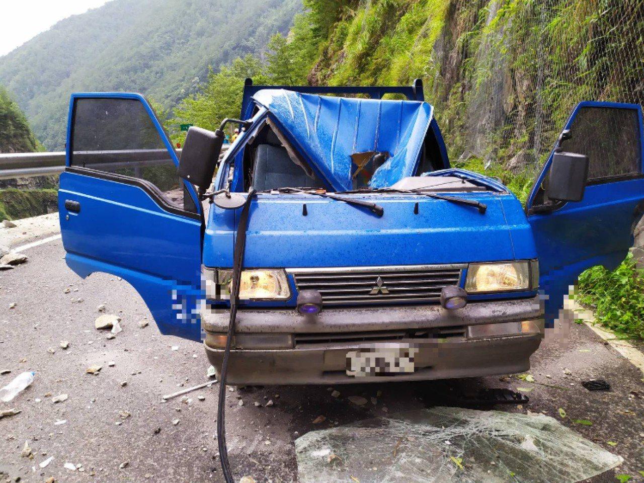 台8臨37線中橫便道17.2公里處,今天上午發生一起落石砸傷便道施工車事故,駕駛...