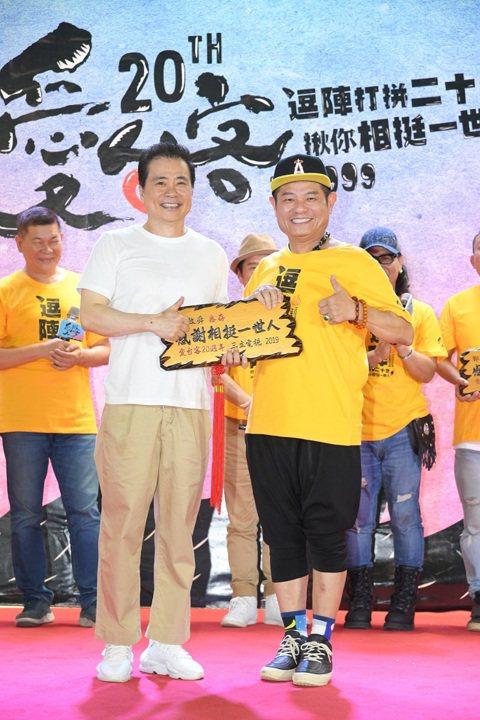 台灣行腳節目始祖三立「愛台客」系列邁入第20年,從1999年的「在台灣的故事」開始,經歷「草地狀元」、「台灣尚青」等12個多元型態的節目,拍攝5萬多個人物故事,共獲5座金鐘獎肯定。今歷屆主持群包括黃...