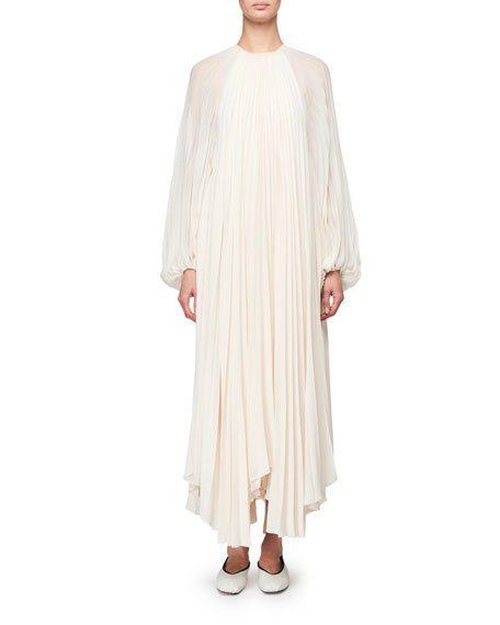 安潔莉娜裘莉選穿的THE ROW縐褶長袍,售價6,150美元、約新台幣19萬2,...