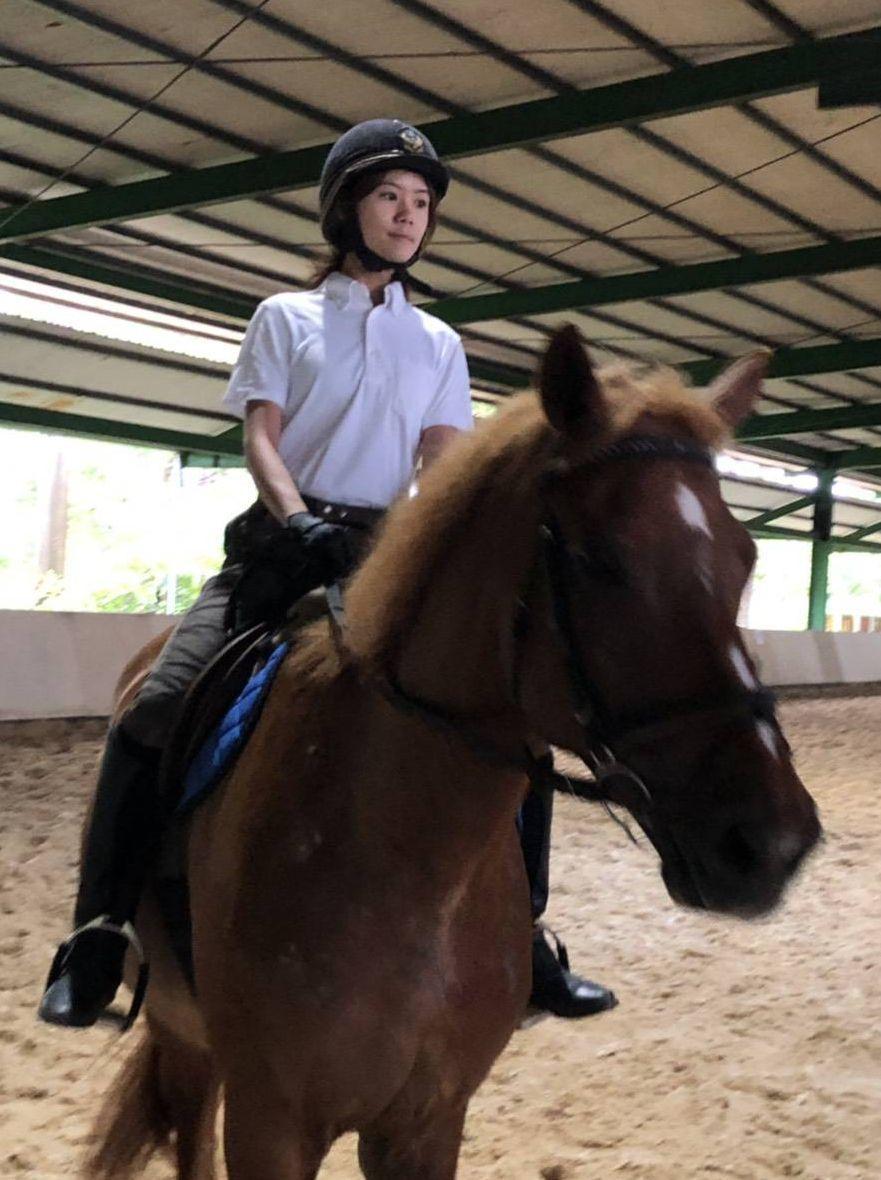 女警范詩函去年才加入騎警隊,今天通過B2級馬術檢定。記者林保光/翻攝
