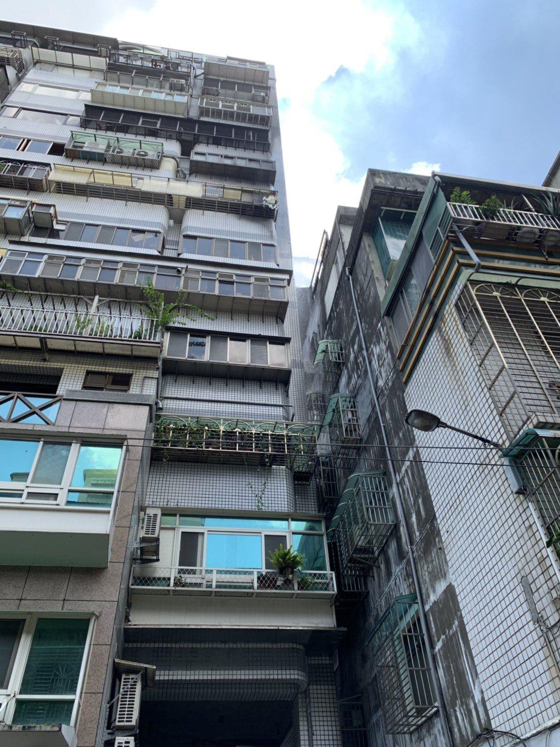 起火的民宅相鄰1棟10多層樓公寓,所幸及時撲滅沒有造成延燒。記者巫鴻瑋/攝影