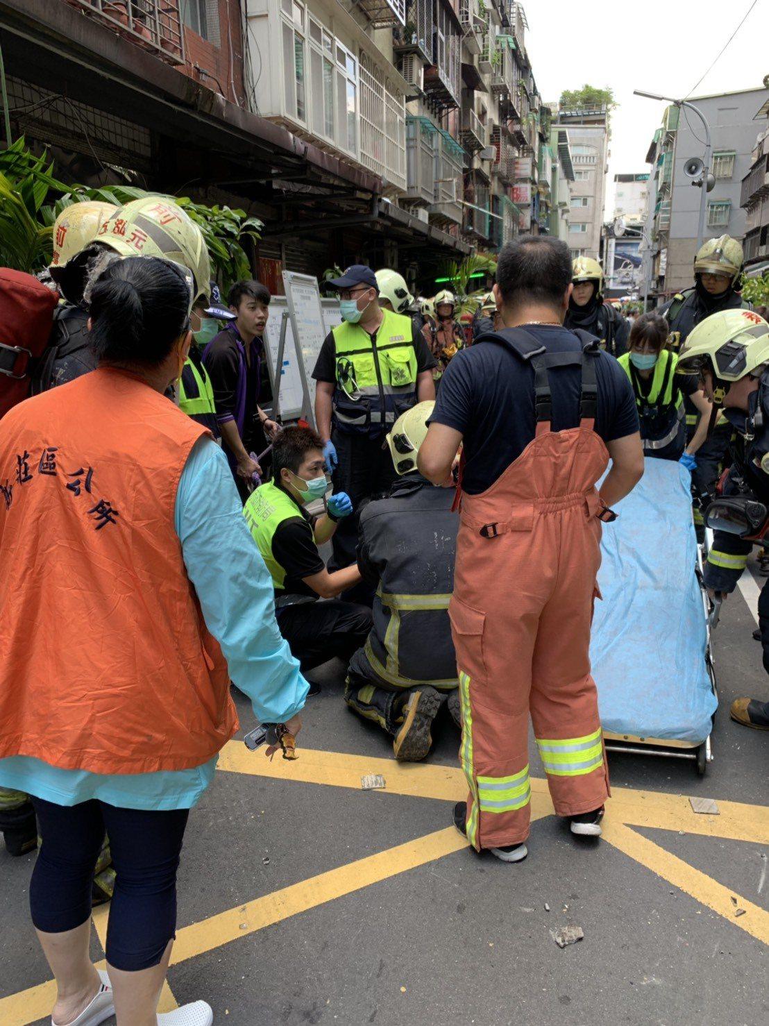 女屋主返家見住家失火,當場嚇到暈厥被送醫急救。記者巫鴻瑋/攝影