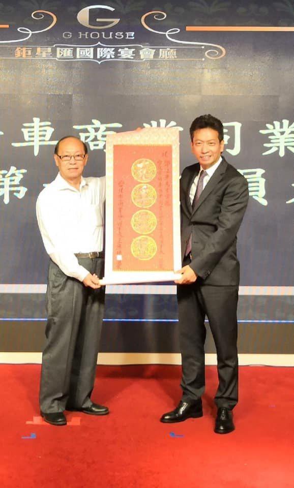 「台北市針車商業同業公會」昨晚舉行會員大會,由台灣歐西瑪公司董事長鄧江榮(右)回...