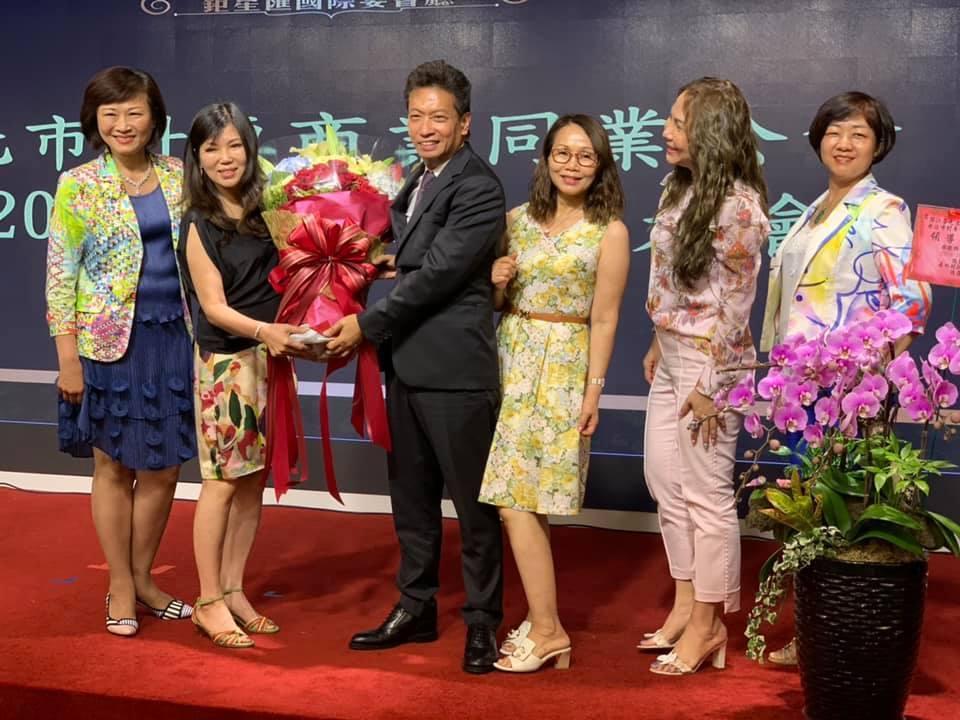 「台北市針車商業同業公會」昨晚舉行會員大會,由台灣歐西瑪公司董事長鄧江榮(左3)...