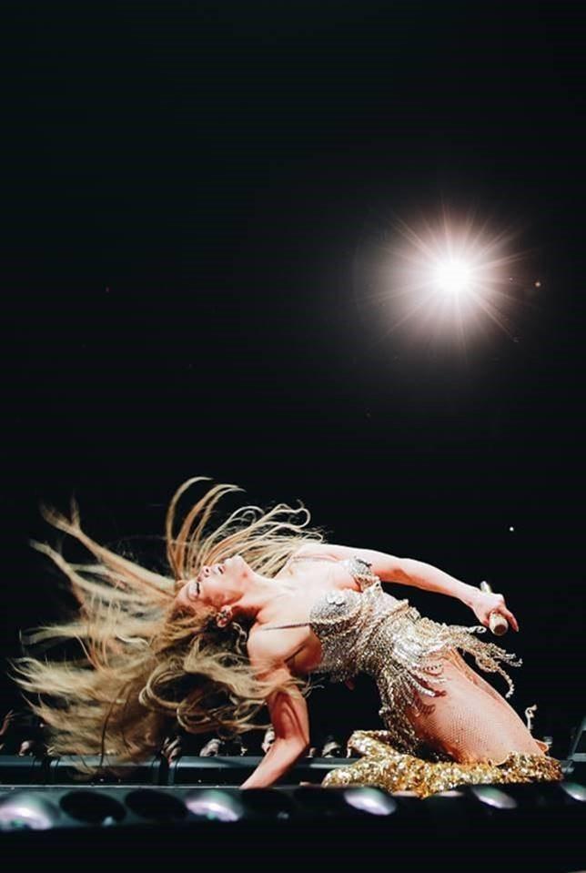 珍妮佛羅蓓茲演唱會穿Stuart Weitzman特別訂製金色閃片過膝長靴。圖/...