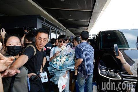 由泰國5部BL劇衍生出的《Our Skyy》讓粉絲看得不過癮,下午《Our Skyy》的10位主角首次在台北合體,他們搭乘TG-632 班機抵達桃園機場,在管制區內就引起騷動,超過30位粉絲堵在登機...