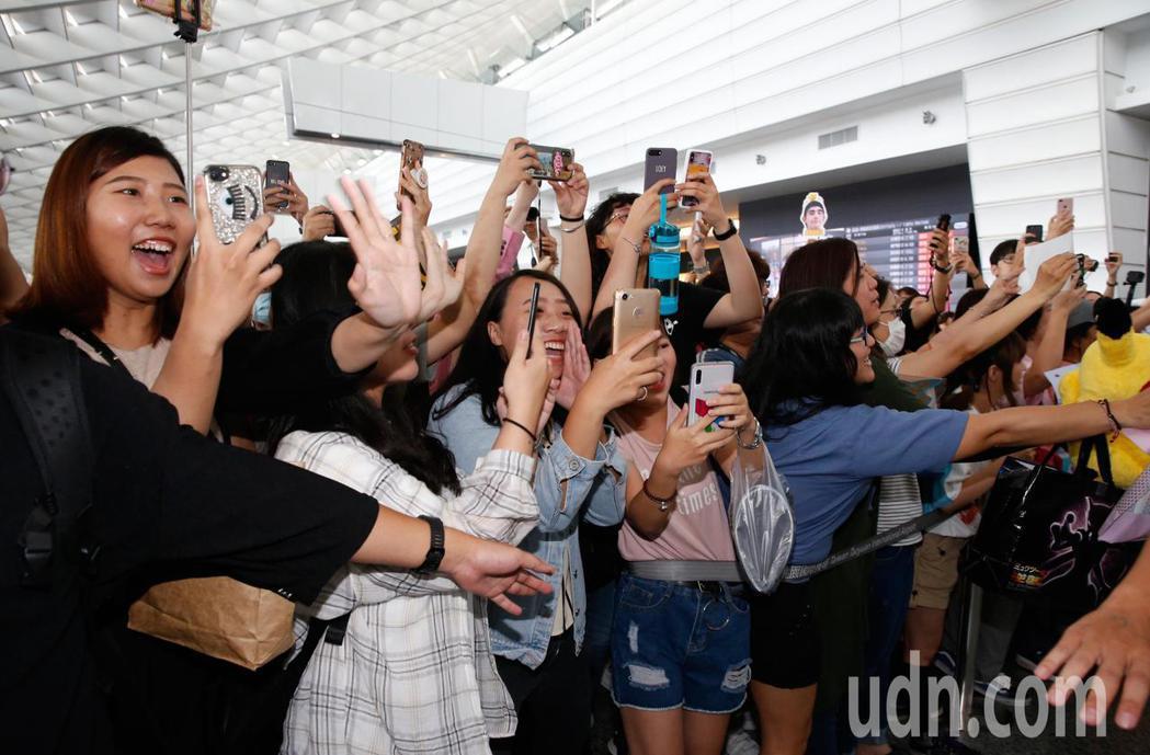 泰劇《Our Skyy》的10位主角下午抵台,在入境大廳約有300位粉絲接機,粉...
