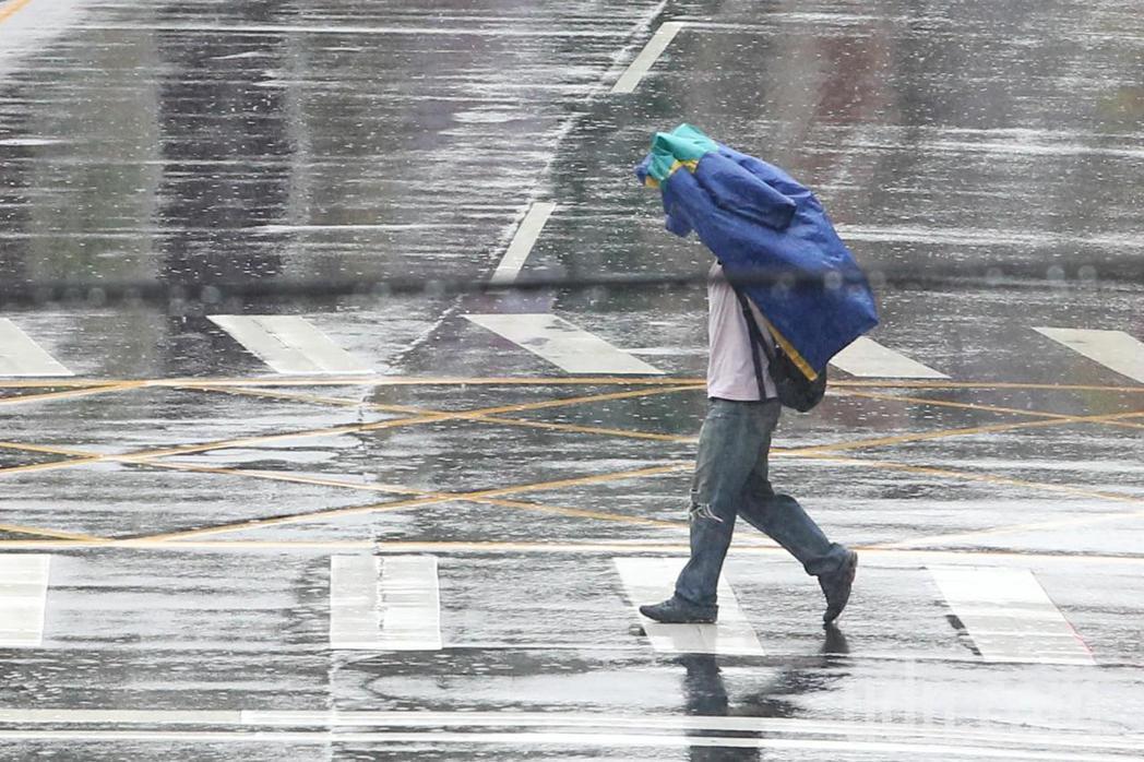 雙北下午下起了大雷雨。記者葉信菉/攝影