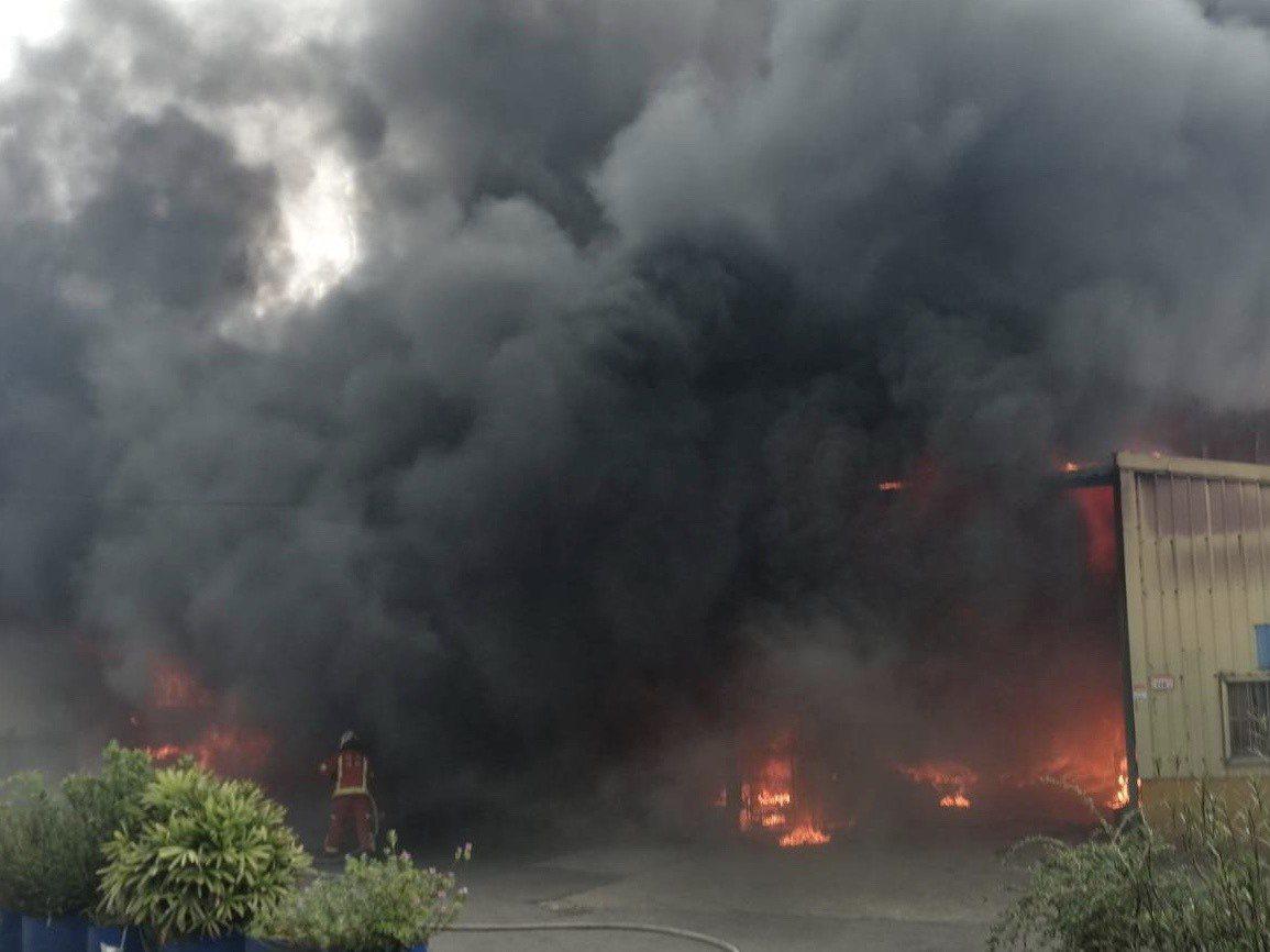 桃園市龜山區坪頂地區一處鐵皮工廠今天下午3點多發生火警,鐵皮倉儲內火勢猛烈,濃煙...