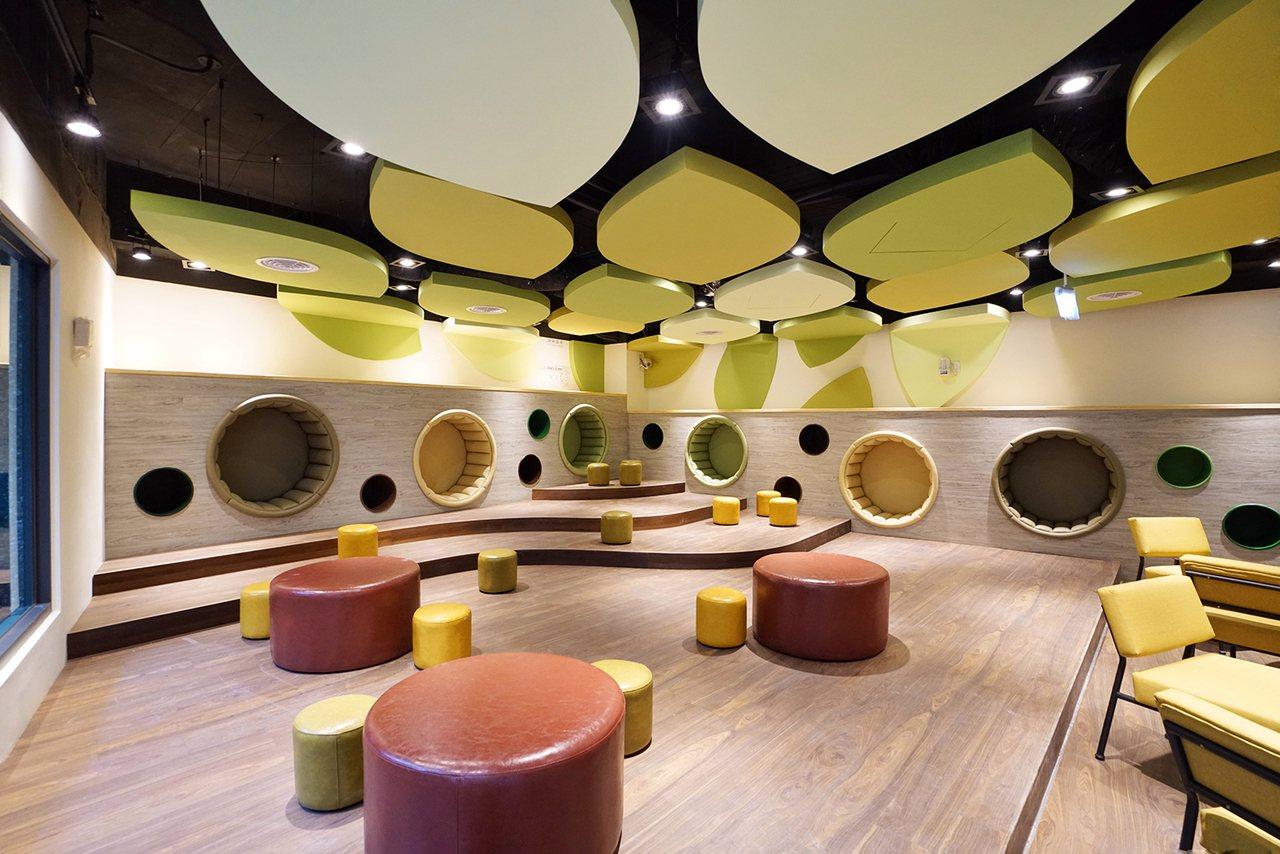 李科永紀念圖書館的的說故事區,搭配葉片造型天花板。圖/高市圖提供