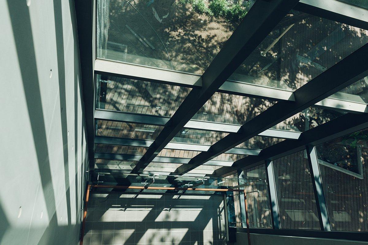 李科永紀念圖書館的樓梯挑空設計,自然採光極具美感。圖/高市圖提供