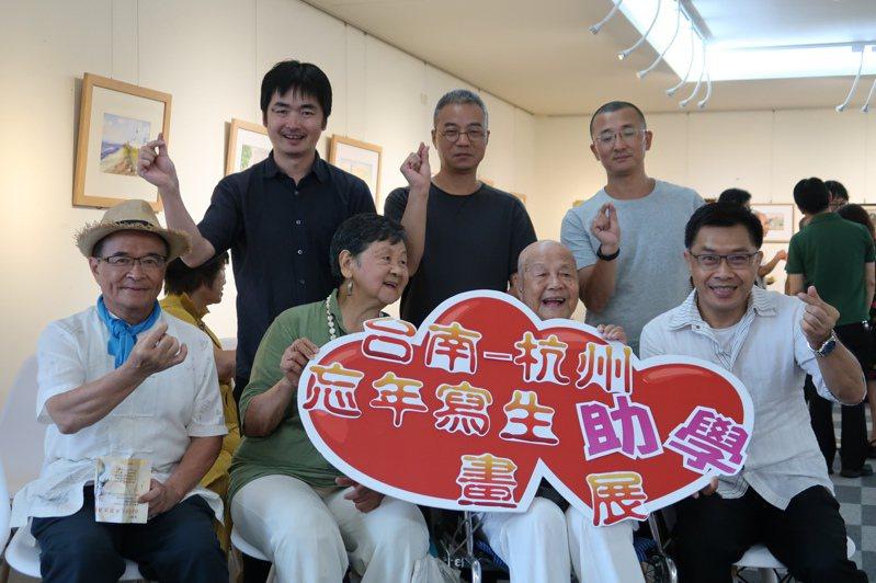 台南市畫家沈建一與昔日習畫的杭州美術學院師生老友共同發起「台南-杭州忘年寫生」助學畫展。圖/南台南家扶中心提供