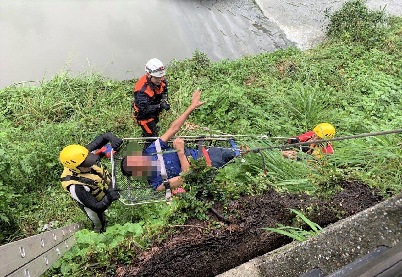 米姓男子酒後在火車站被人打傷,消防隊員將他送到醫院,他卻跑出醫院跳下萬年溪,再被...