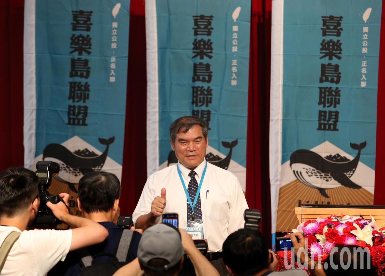 羅仁貴(中)擔任首任黨主席。記者林澔一/攝影