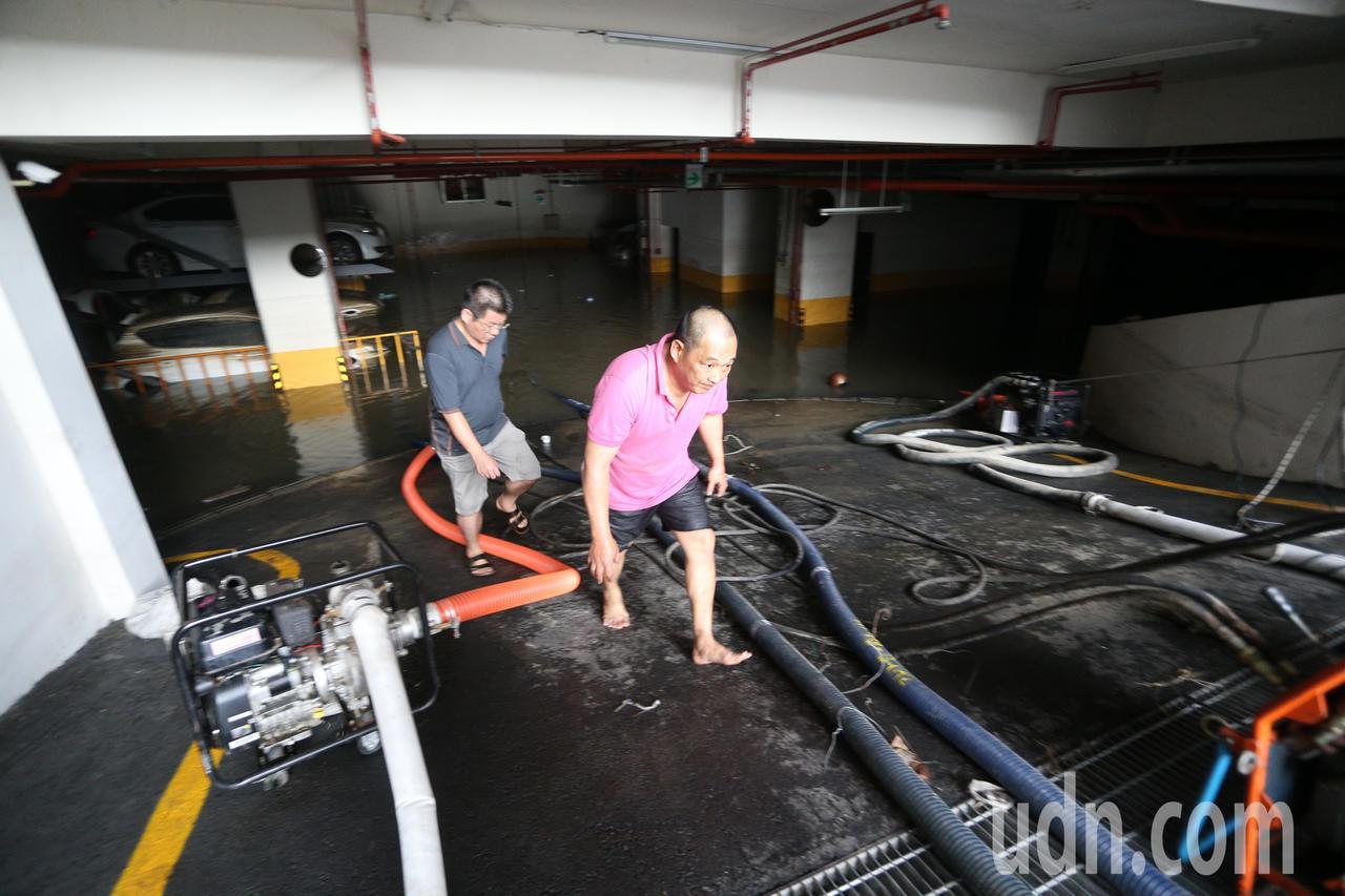 高市苓雅區一棟大樓這次淹水災情中地下室全部泡湯,幾十部車輛全成泡水車。記者劉學聖...
