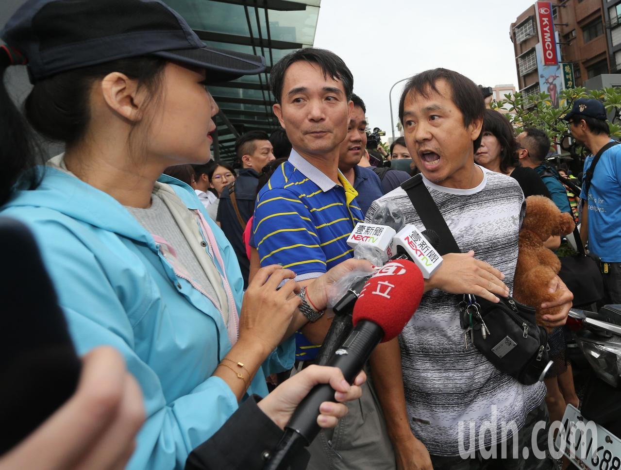 高雄市長韓國瑜今天下午臨時安排行程,到苓雅區一棟大樓察看地下室淹水情況,民眾抗議...