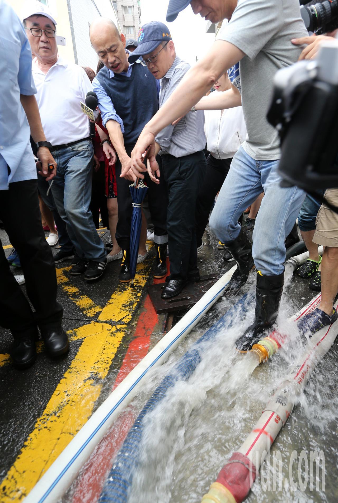 高雄市長韓國瑜今天下午臨時安排行程,到苓雅區一棟大樓察看地下室淹水情況。記者劉學...