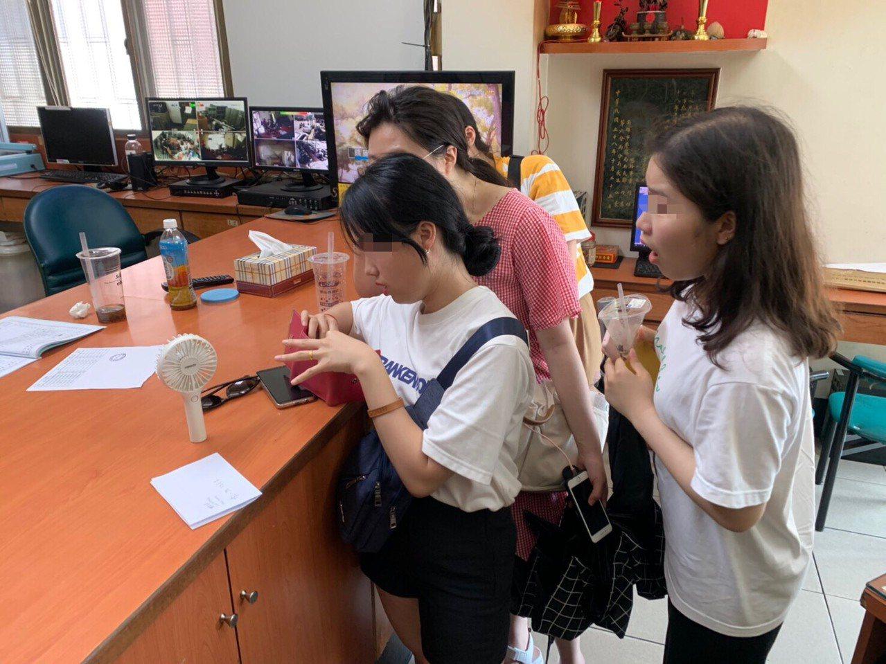 韓籍張姓女大學生到派出所領遺失的皮夾。記者林保光/翻攝