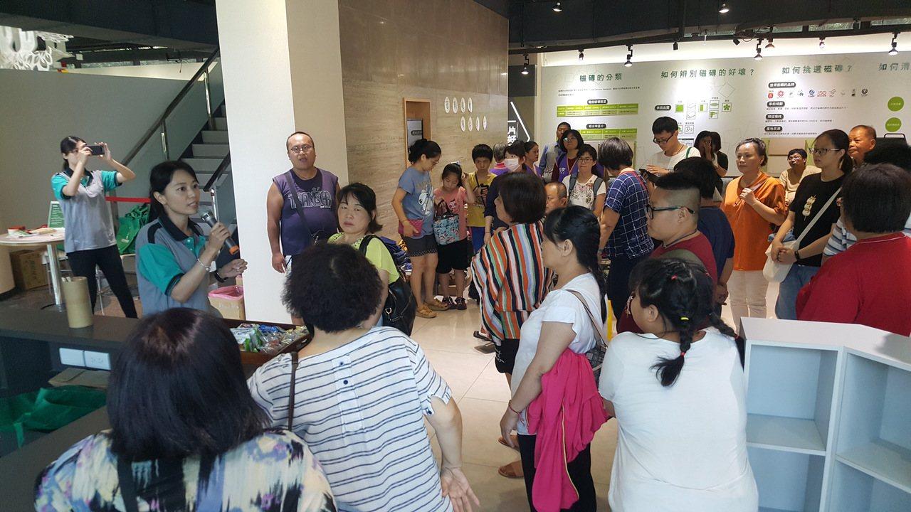 冠軍綠概念館今天連辦2場「免費/免廢市集」,提供上千件各類生活物品給需要的人。記...