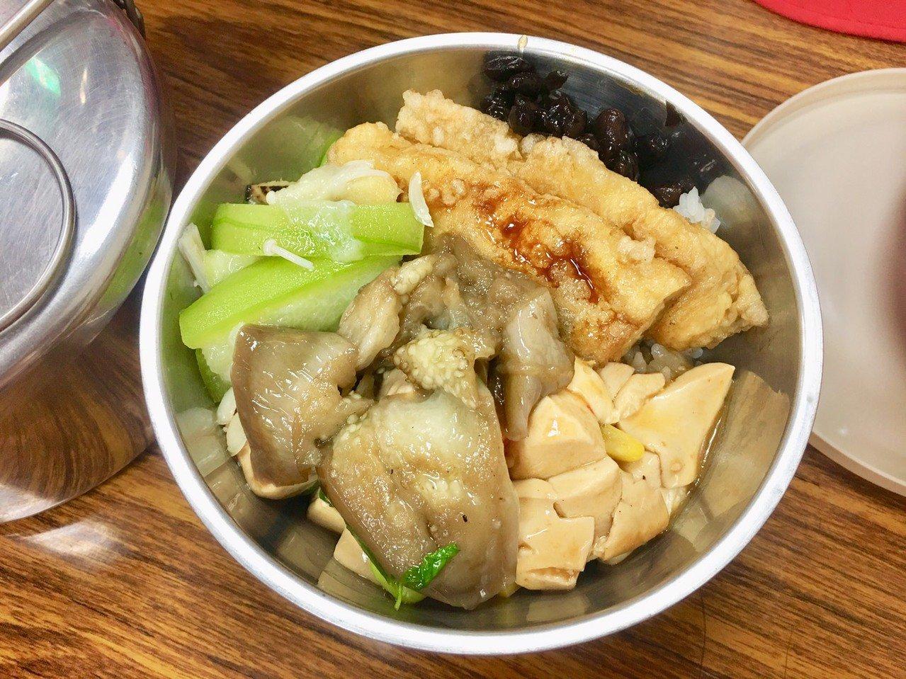 福智慈善基金會在北市開設5處共餐據點,均提供素食。記者魏莨伊/攝影