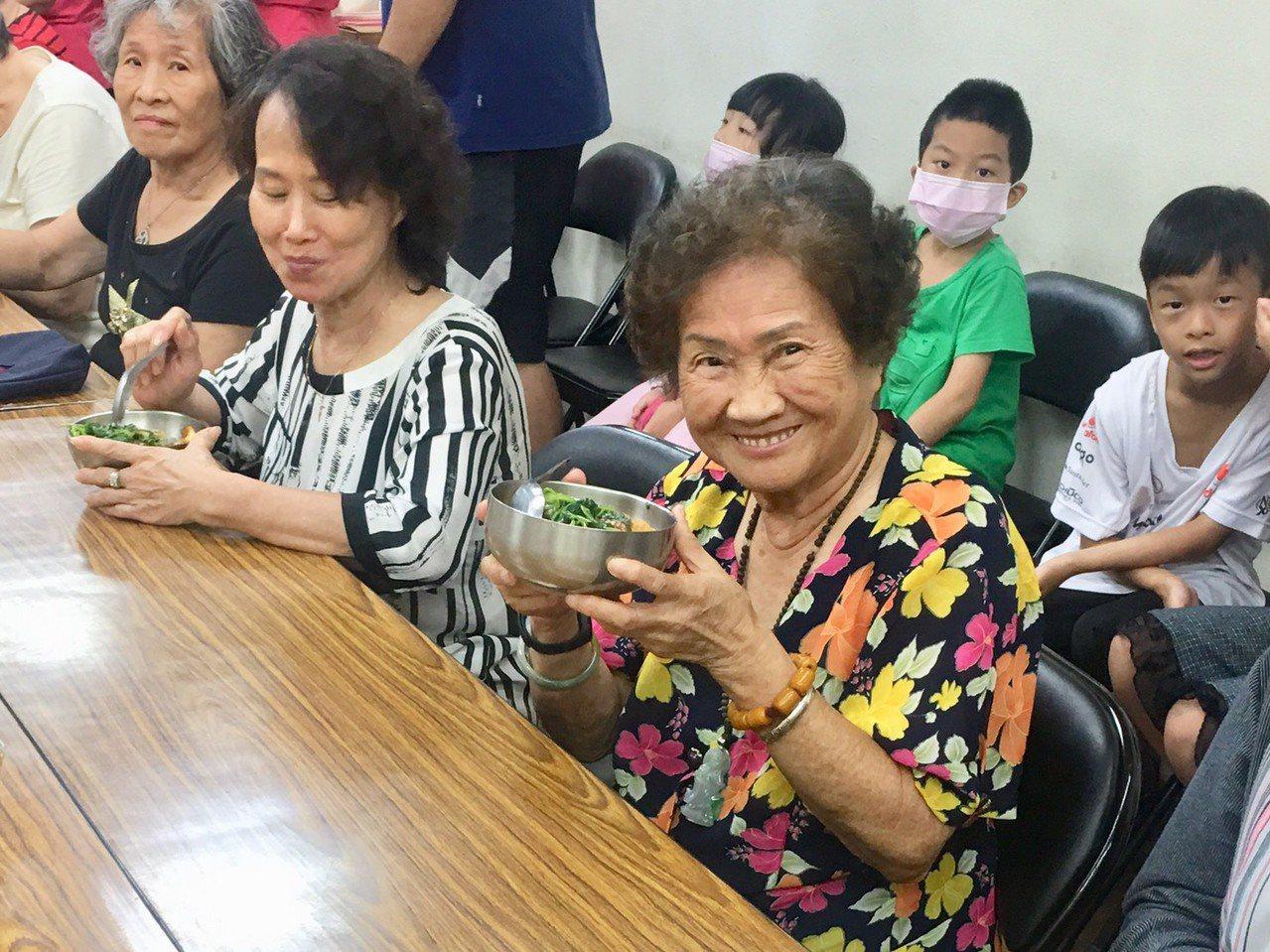 90歲的黃秀琴阿嬤說「吃素真的很好」。記者魏莨伊/攝影