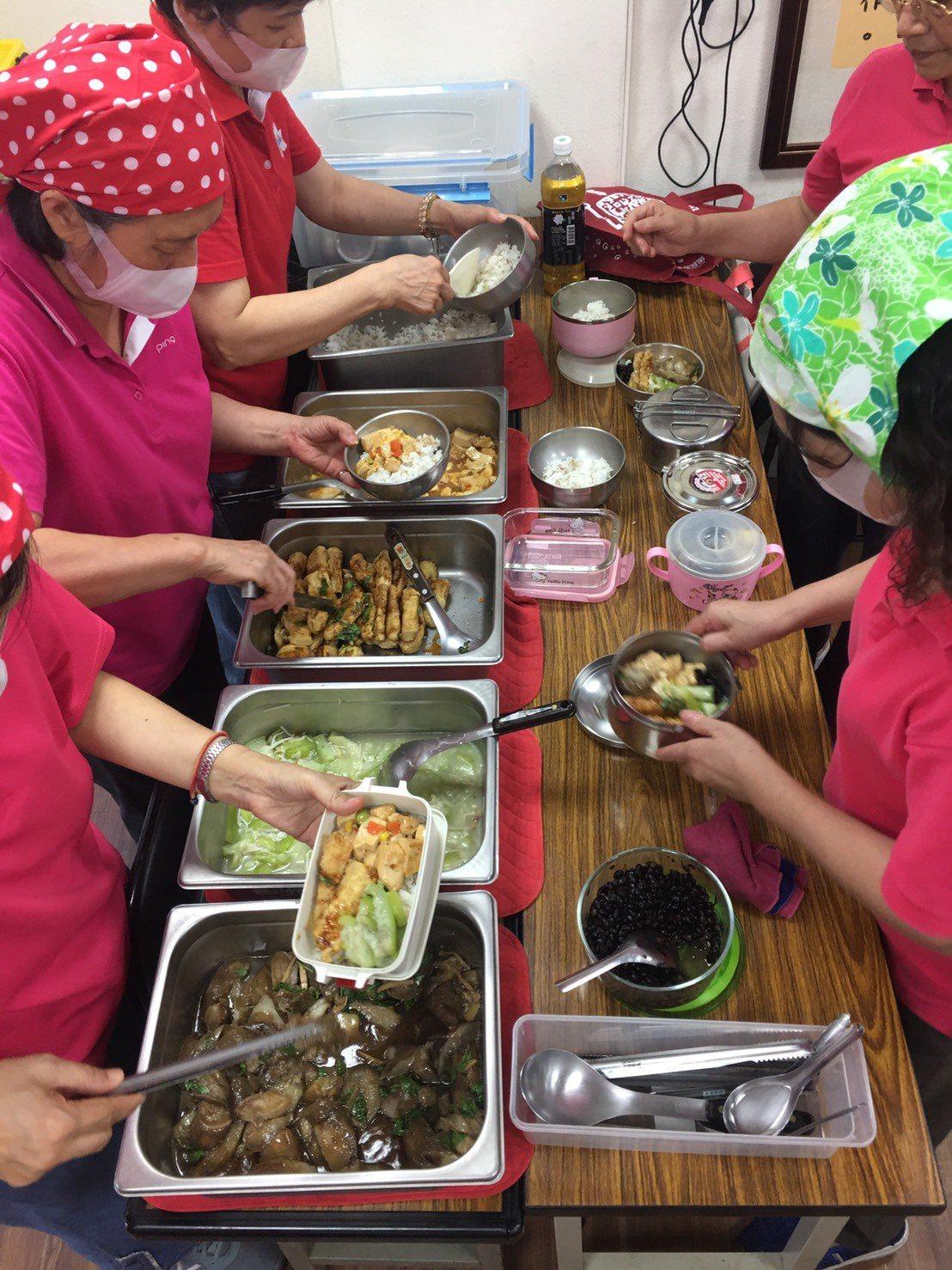 台北市社會局上周調查北市415處共餐據點,9處提供蛋奶素、全素餐點,最快下周將上...