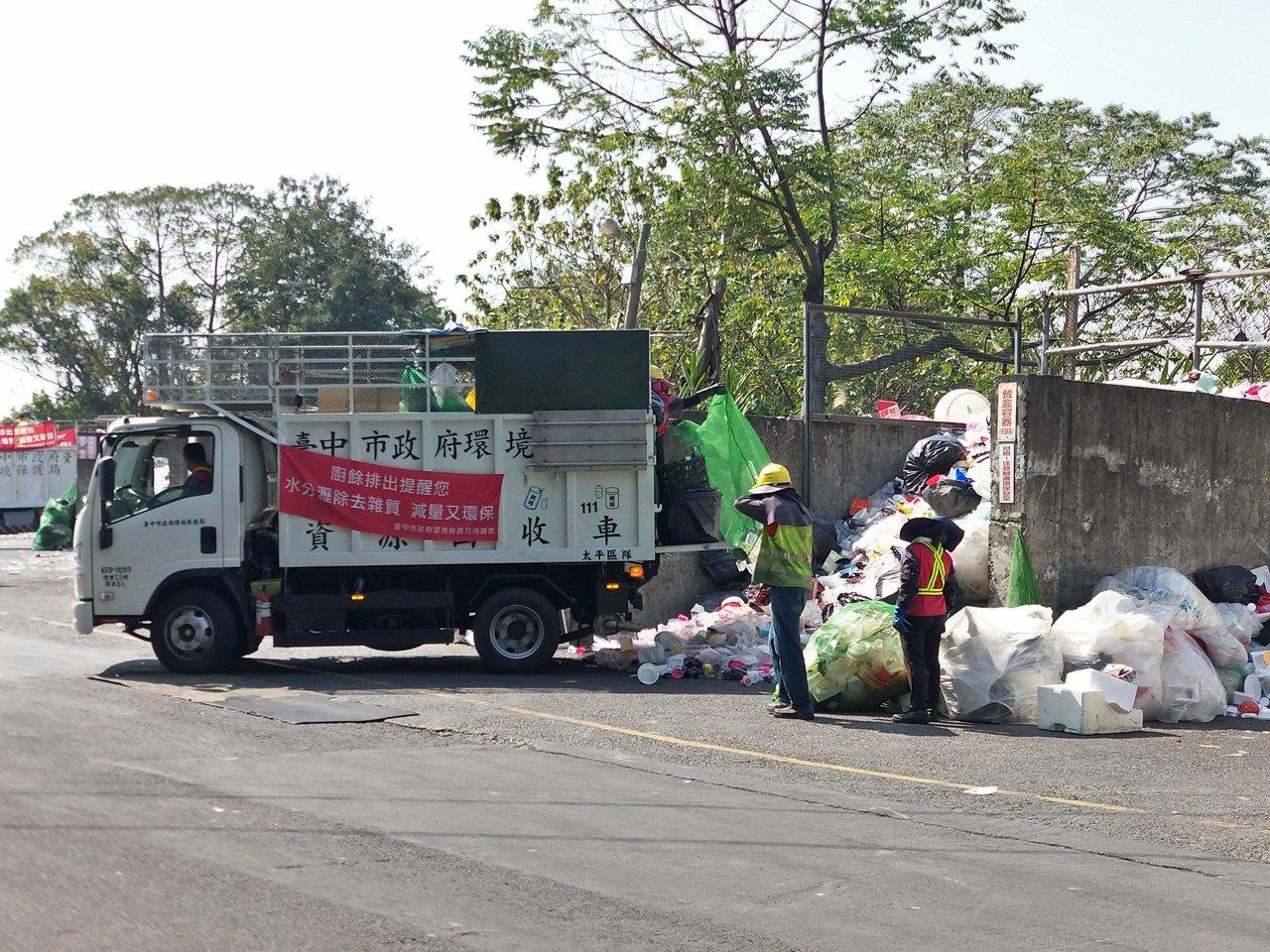 台中市太平區清潔隊因垃圾量多,且資源垃圾回收細分34項,去年資源垃圾變賣所得近2...