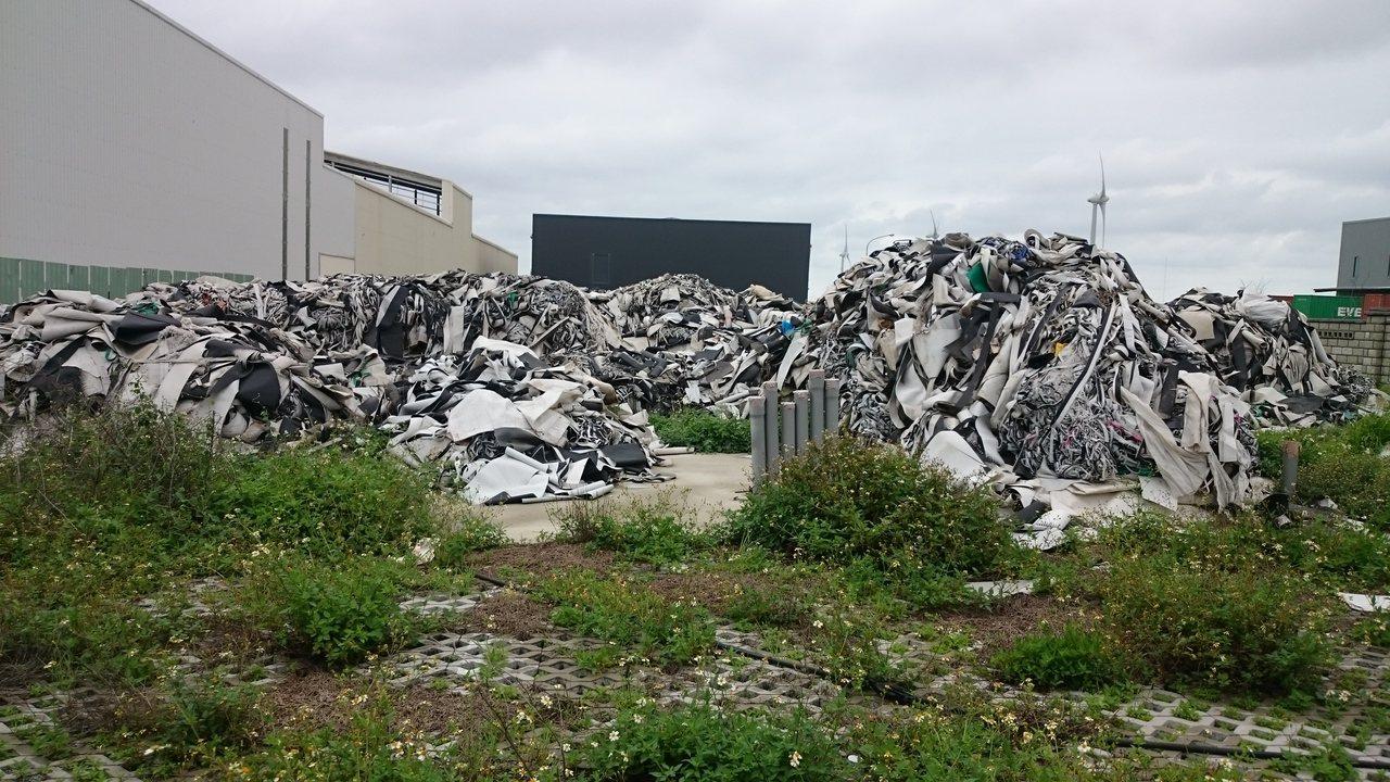 一批重達220噸的跑步機跑步帶裁切後塑膠邊料,清運業者先後亂倒在南投、台中的偏僻...