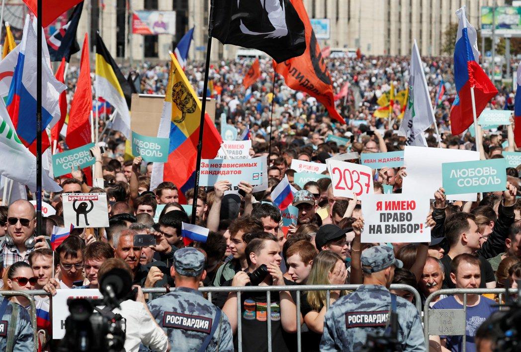 俄國超過萬人民眾,包括反對派政治人物20日在莫斯科市中心抗議政府不讓反對派參選,...