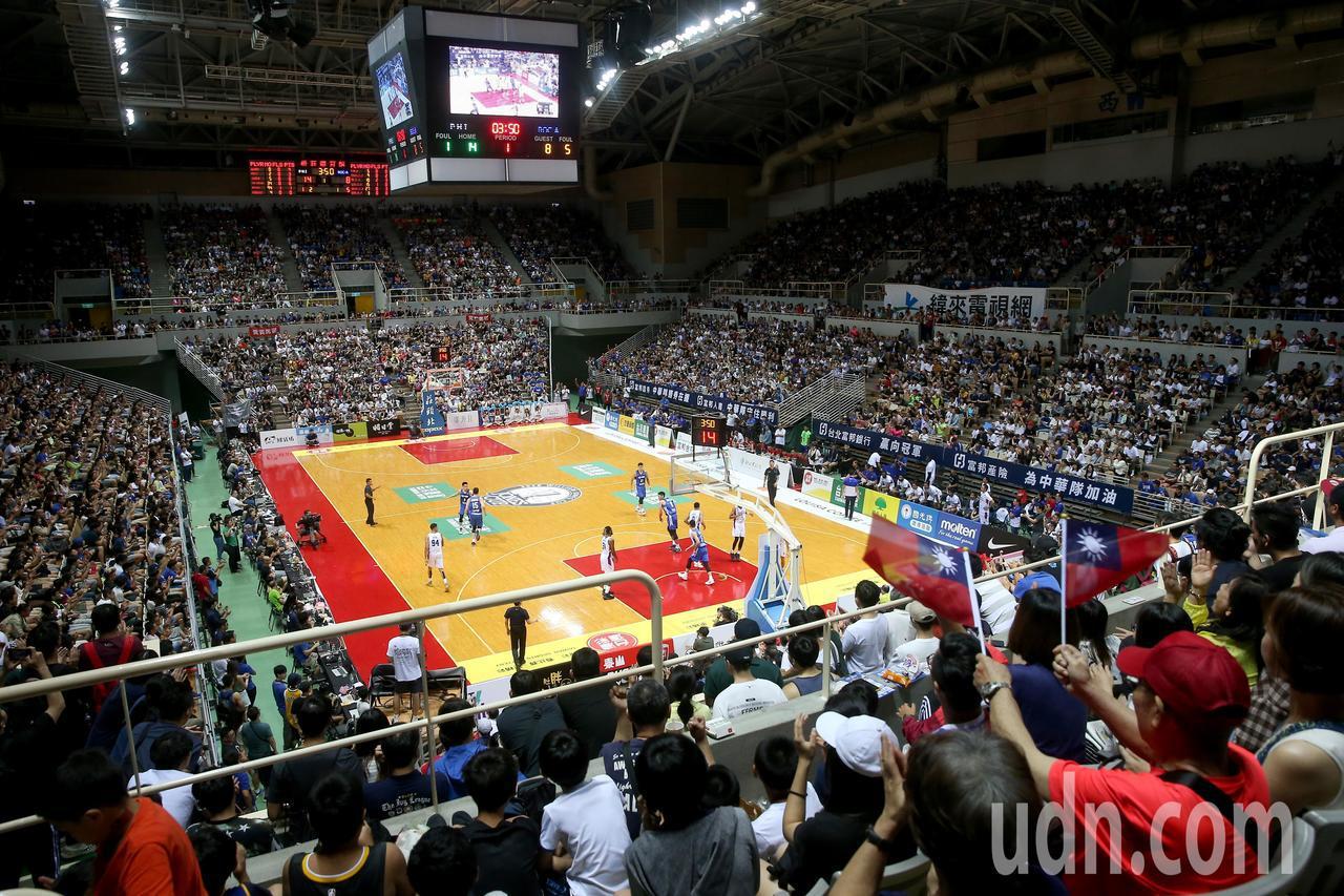 瓊斯盃男籃賽倒數第二天,擁進滿場球迷為中華隊加油。記者余承翰/攝影