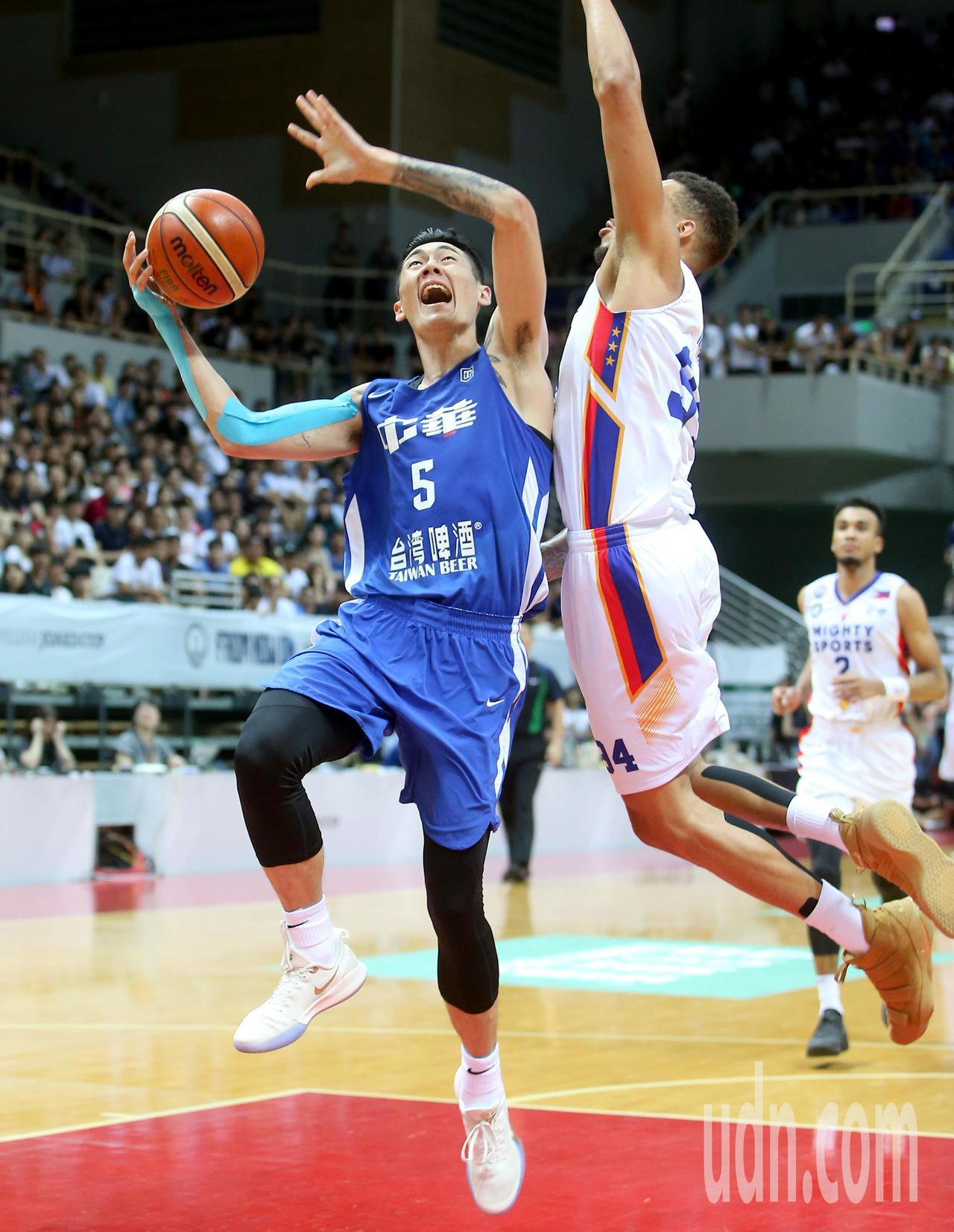 中華藍劉錚(左)快攻上籃時製造菲律賓隊球員犯規。記者余承翰/攝影