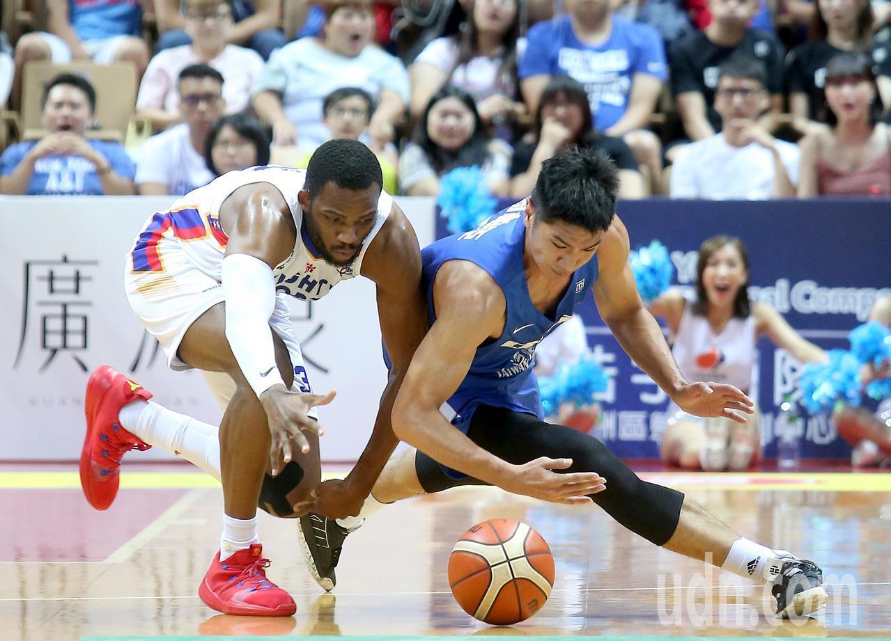 中華藍周柏臣(右)撲倒在地奮力與菲律賓隊球員搶球。記者余承翰/攝影