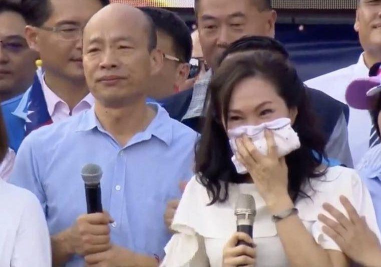 高雄市長韓國瑜(前左)和太太李佳芬的住宅很受關注,李佳芬今天聲明,雲林縣斗六市的...