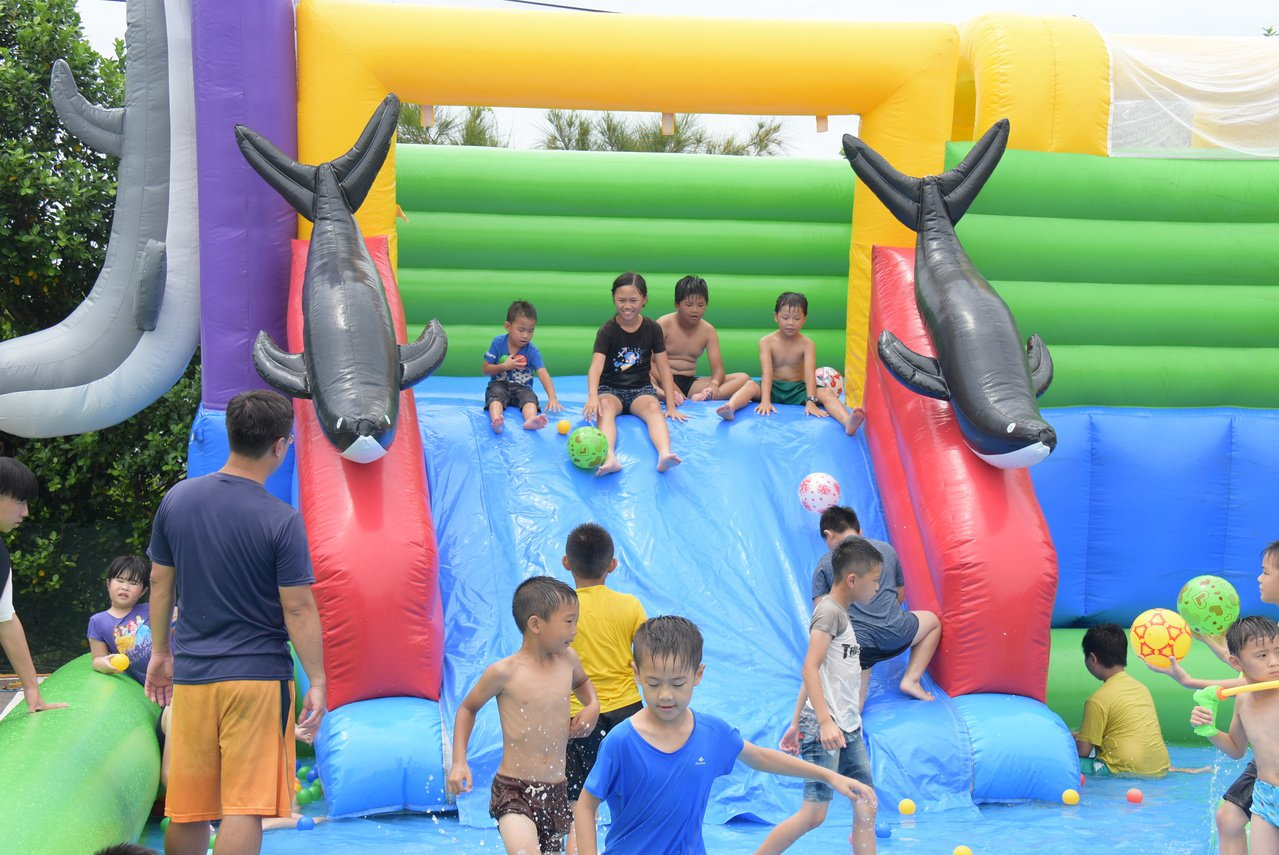 彰化縣王功漁火節昨、今天登場,現場提供小朋友最愛的溜滑梯戲水區。記者何烱榮/攝影