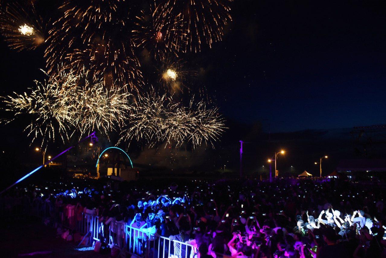 彰化縣王功漁火節今天熱鬧登場,晚上的海洋音樂會和煙火秀吸引數萬名民眾參加。記者何...