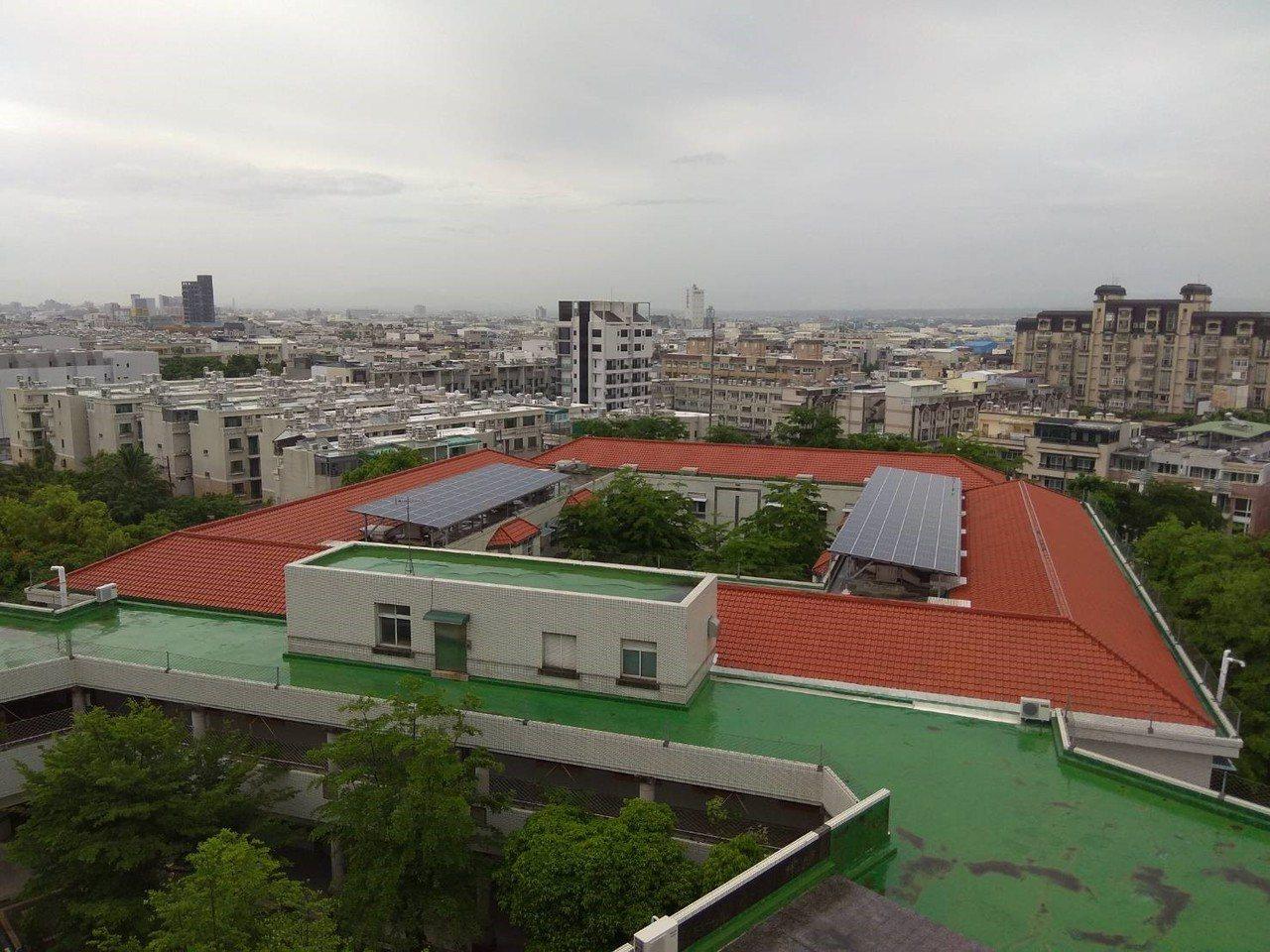 嘉南療養院領先大醫院採用太陽能發電,省電成效佳。圖/院方提供