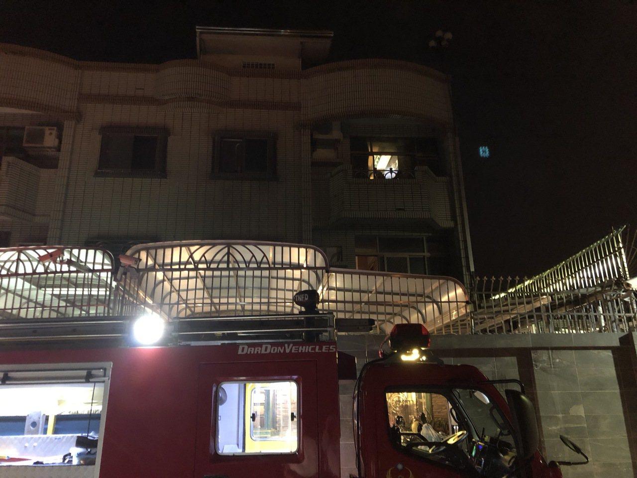 台南市南區大同路二段620巷弄內一棟透天厝3樓天花板晚間冒出火煙,消防局據報往趕...