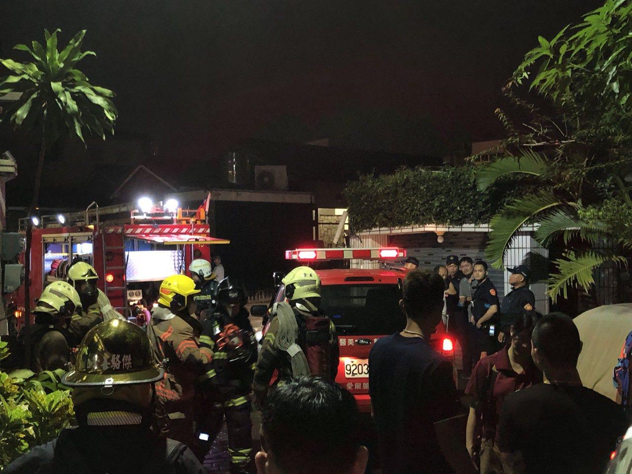 屋主一家人發現火勢,迅速疏散到屋外,街坊鄰居紛紛跑出門外一探究竟,員警等也到場關...